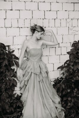 Fototapeta Czarno-biała fotografia mody pięknej dziewczyny w sukience.