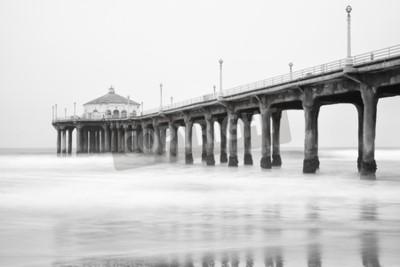 Fototapeta Czarno-białe zdjęcie molo Manhattan Beach, Kalifornia.