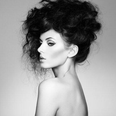 Fototapeta Czarno-białe zdjęcie pięknej kobiety z wspaniałe włosy