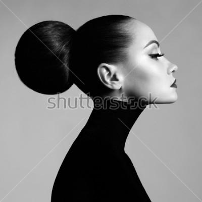 Fototapeta Czarno-biały portret sztuki studio piękna elegancka kobieta w czarny golf. Włosy są zbierane w światłach drogowych. Elegancki styl baletowy