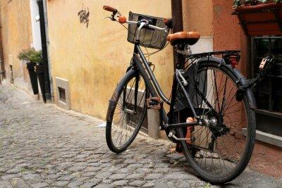 Fototapeta Czarny klasyczny rower na rzymskiej ulicy