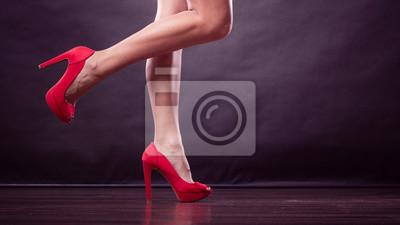 720613a4 Czerwone szpilki wzbogaconej buty na sexy nogi kobiet Fototapeta ...