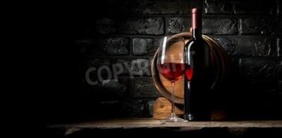 Fototapeta Czerwone wino na tle starych czarnych cegieł