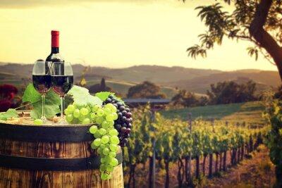 Fototapeta Czerwone wino z beczki na winnicy w zielonej Toskanii