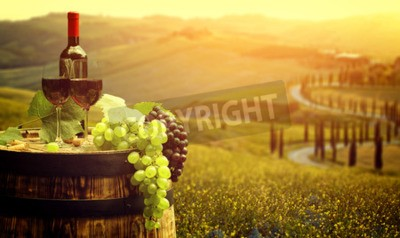 Fototapeta Czerwone wino z beczki na winnicy w zielonej Toskanii we Włoszech