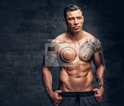 Fototapeta Człowiek Z Tatuażem Na Klatce Piersiowej Na Szarym Tle