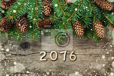 Dekoracje świąteczne z jodły i szyszka z teksturą tle drewna, magicznego efektu śniegu i drewniane numerów nowego roku, widok z góry