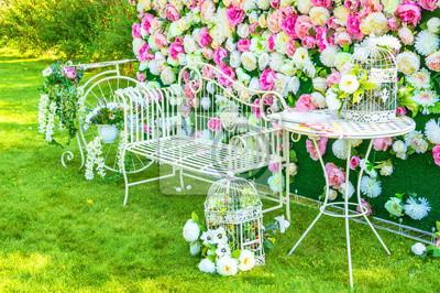 ada9d48c3f9635 Dekoracyjne układy ogrodowe kwiatów i mebli ogrodowych Fototapeta ...