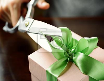 Fototapeta Dekorowanie pudełko z zieloną wstążką za pomocą nożyczek