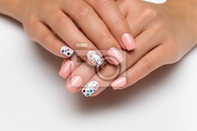 Delikatny Różowy Manicure Z Malowane Jednorożca Na Palce I Konfetti