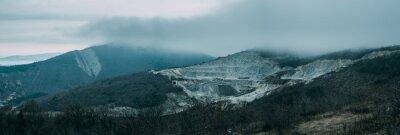 Fototapeta Deszczowe chmury nad grzbiet górski