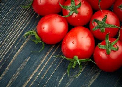 Fototapeta Dojrzałe pomidory na ciemnym tle drewniane