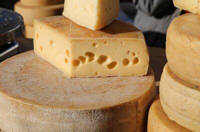 Fototapeta dojrzały ser z dziurami na sprzedaż na rynku