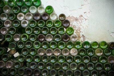 Fototapeta Dół tekstury butelki. Szkło, brudne puste butelki wina z bliska, dno tło zielony wzór butelki