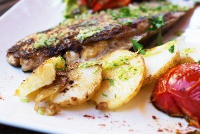 Fototapeta Dorado filet z ryby z warzywami