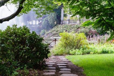 Fototapeta Dość drogi w pięknym ogrodzie letnim