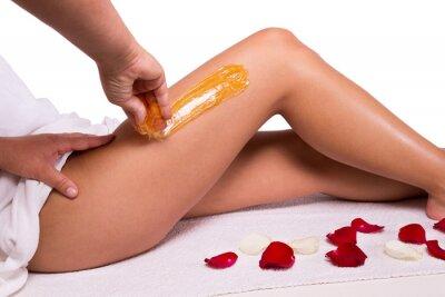 Fototapeta Dosładzanie: depilacja z wytapiać metal cukru na nogach.