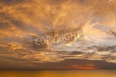 Fototapeta Dramatyczna nieba słońca z chmury nad oceanem