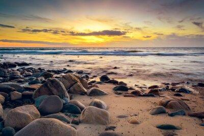 Fototapeta Dramatyczna słońca na skalistym wybrzeżu