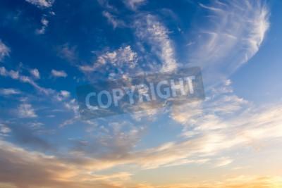 Fototapeta Dramatyczne niebo z białymi chmurami
