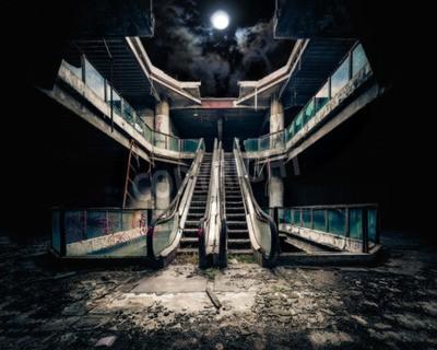 Fototapeta Dramatyczny widok zniszczonych schodów w opuszczonym budynku. Pełnia księżyca świeciło na zachmurzonym niebie przez zawalił dach. Koncepcja Apocalyptic i zła