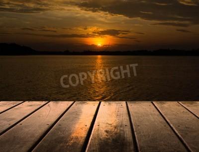 Fototapeta Drewniane platformy z zachodem słońca nad jeziorem
