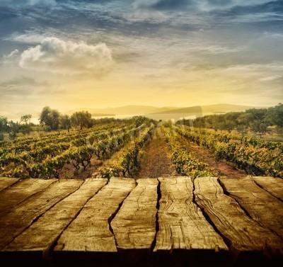 Fototapeta Drewniany stół. Konstrukcja Wiosna z winnic i pustym ekranie. Wpisanie montażu. Jesień winogron żniwa