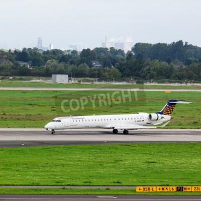 Fototapeta Düsseldorf, Niemcy - 05 września 2015: Bombardier CRJ Euro Wings-900 NG przybywa do międzynarodowego lotniska w Dusseldorfie.