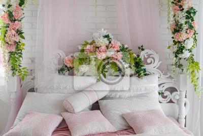 Fototapeta Duże Białe Drewniane łóżko Z Ozdobnym Zagłówkiem Oraz Białe I