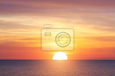 Fototapeta Duże słońce i zachód słońca nad morzem