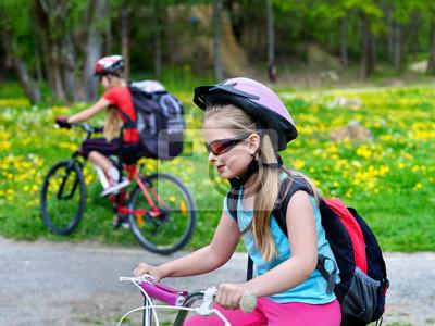 5a0de0ef Fototapeta: Dzieci noszenie kasku rowerowym i szklanki z przejażdżki  plecaków