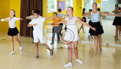Fototapeta Dzieci uczą się ruchów tanecznych