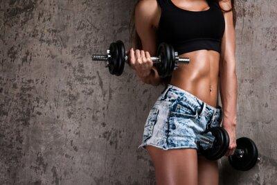Fototapeta Dziewczyna fitness z hantlami