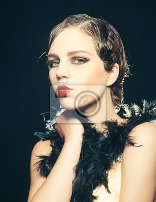Dziewczyna Pinup W Boa Z Retro Włosy I Makijaż Fototapeta
