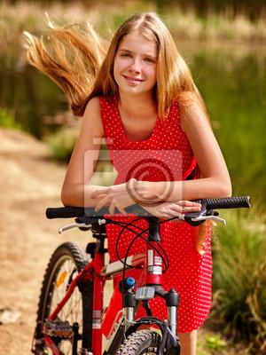 ce462ac6 Fototapeta: Dziewczyna rowerów. dziewczyna nosi czerwone kropki sukienka