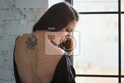 Dziewczyna Z Lotosu Tatuaż Na Plecach Smutny W Oknie Fototapeta