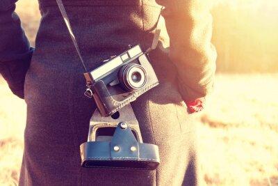 Fototapeta Dziewczyna z retro rocznika kamery.
