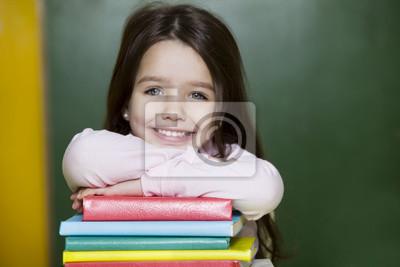 Dziewczynka przy książkach