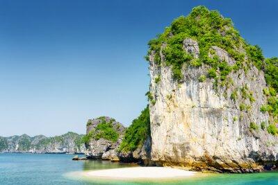 Fototapeta Dzika plaża na bezludnej tropikalnej wyspie w zatoce Ha Long