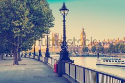 Fototapeta Efekt filtra retro - lampa uliczna na południowym brzegu Tamizy z Big Benem i Pałacem Westminsterskim w tle, Londyn, Anglia, Wielka Brytania