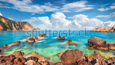 Fototapeta Egzotyczny wiosenny widok na plażę Petani. Wyświetlenie sceny Cephalonia wyspa, Grecja, Europa. Niesamowity krajobraz Morza Śródziemnego. Oszałamiająca plenerowa scena Wyspy Jońskie.