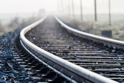 Fototapeta Einspurige Bahnlinie im Morgennebel