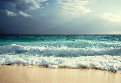 Fototapeta fale na plaży na Seszelach