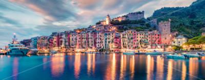 Fototapeta Fantastyczna wiosenna panorama miasta Portovenere. Prześwietne wieczór scena morze śródziemnomorskie, Liguria, prowincja los angeles Spezia, Włochy, Europa. Podróże koncepcja tło.