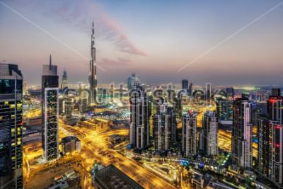 Fototapeta Fantastyczny widok z lotu ptaka Dubaju, ZEA, o zachodzie słońca. Futurystyczna architektura a wielki nowoczesny miasto w dramatycznym świetle. Kolorowa nocna linia horyzontu. Tło podróży.