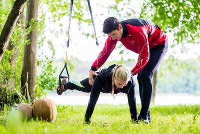 Fototapeta Fitness i sport - para podejmowania Slingtraining