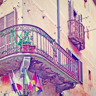 Fototapeta Flagi pod balkonem