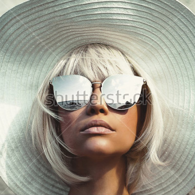 Fototapeta Fotografia mody odkryty młoda piękna pani w kapelusz i okulary przeciwsłoneczne. Podróż Summer Beach. Letnie wibracje