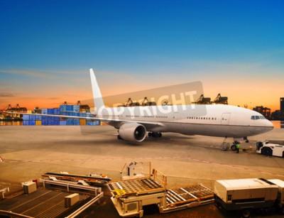 Fototapeta frachtu lotniczego i samolot cargo towary handlowe w załadunku kontenera lotniska użytku parking dla żeglugi i transportu lotniczego branży logistycznej