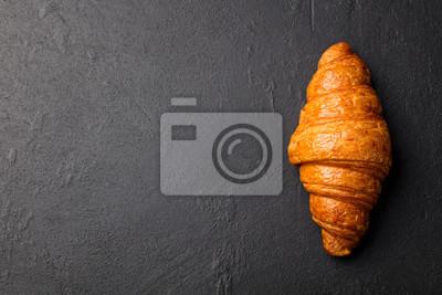 Fototapeta Fresh croissant na czarnym tle łupek.